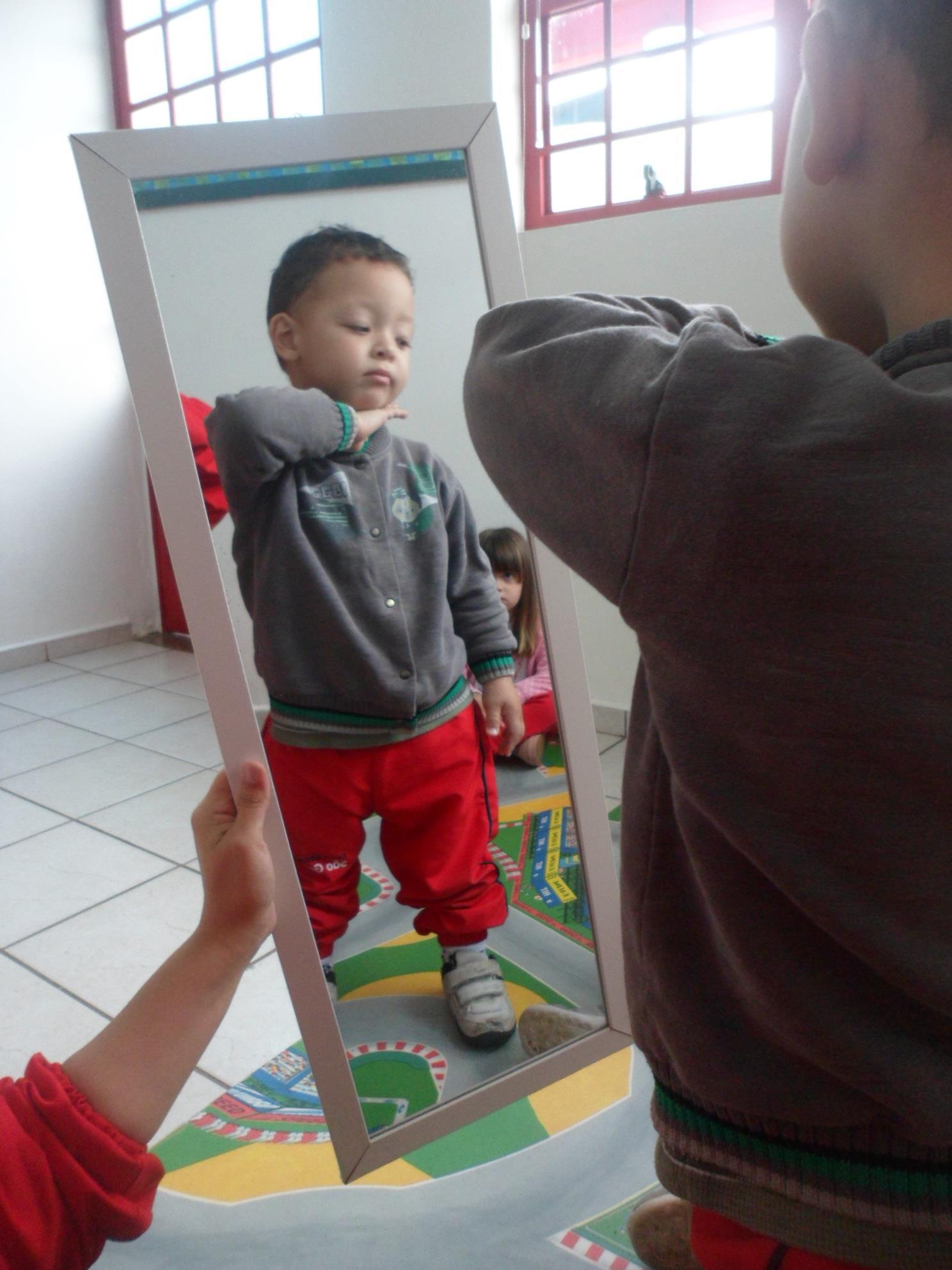 Brincadeiras em frente ao espelho